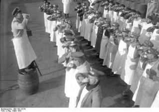 Bundesarchiv_Bild_102-13179,_Berlin,_Beendigung_des_Bierstreiks.jpg