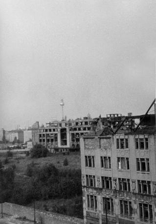 Blick auf den Potsdamer Platz vom Studenten-Hochhaus Eichhorn-Straße aus, das Haus Vaterland im Hintergrund