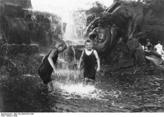 Abkühlung im Lützowbrunnen