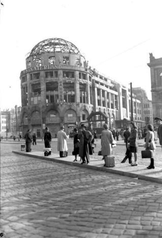 Bundesarchiv_Bild_183-R67508,_Berlin,_Potsdamer_Platz,_Ruine_'Haus_Vaterland'.jpg