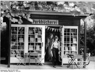 Bundesarchiv_Bild_183-U0721-0007,_Berlin,_Pankow,_Parkbücherei.jpg