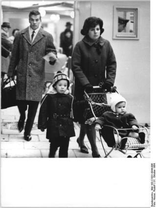 Familie Irrling am Grenzübergang Invalidenstraße