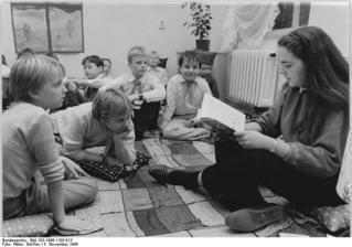 Bundesarchiv_Bild_183-1986-1105-013,_Berlin,_Wörther_Straße,_Kinderbibliothek.jpg