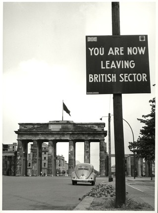 "Brandenburger Tor mit Schild im Vordergrund: ""YOU ARE NOW LEAVING BRITISH SECTOR"""