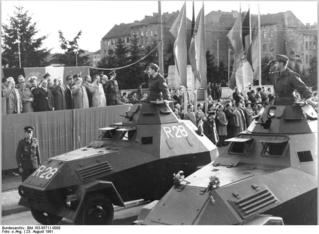 Bundesarchiv_Bild_183-85711-0008,_Berlin,_Mauerbau,_Kampfgruppen,_Appell.jpg