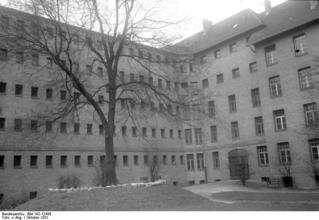 Bundesarchiv_Bild_102-12436,_Berlin,_Frauengefängnis,_Hof.jpg