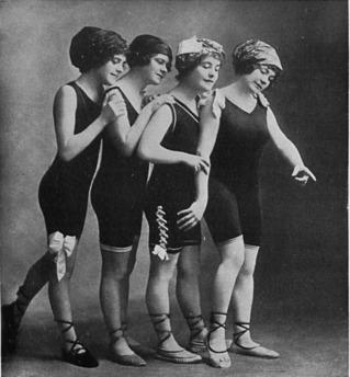 """Damen im Badekostüm """"Rettung"""""""