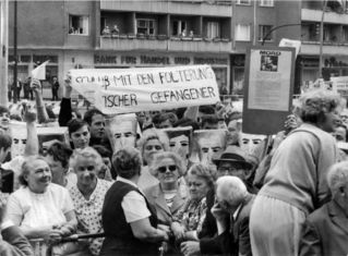 Schah-Besuch - Ankunft des Schah vor Schöneberger Rathaus - Demonstranten und Zuschauer