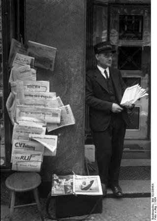 Bundesarchiv_Bild_102-03645A,_Berlin,_Zeitungshändler.jpg