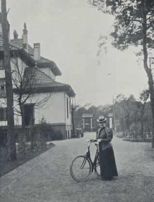 Agnes Sorma vor ihrer Villa am Wannsee