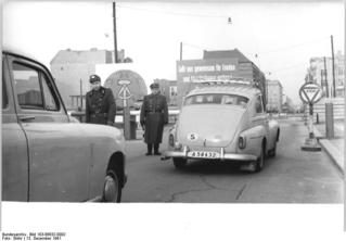 Bundesarchiv_Bild_183-88832-0002,_Berlin,_Mauerbau,_Friedrichstraße.jpg