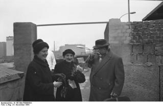 Besuch aus Ost-Berlin an der Oberbaumbrücke