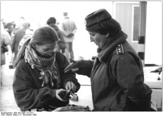 Bundesarchiv_Bild_183-1989-1121-017,_Berlin,_Grenzübergang_Rudower_Chaussee.jpg
