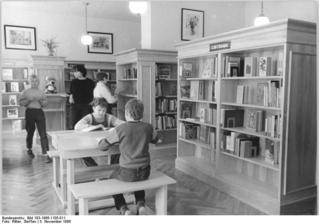 Bundesarchiv_Bild_183-1986-1105-011,_Berlin,_Wörther_Straße,_Kinderbibliothek.jpg