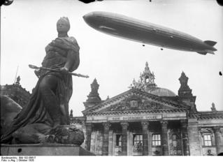 Bundesarchiv_Bild_102-06617,_Berlin,_Luftschiff_'Graf_Zeppelin'_über_Reichstag.jpg