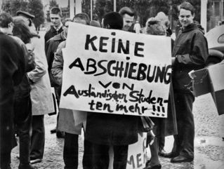 Demonstranten mit Plakat bei Demonstration gegen Bürgermeister Albertz