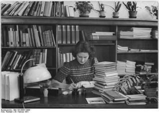 Bundesarchiv_Bild_183-09807-0006,_Berlin,_Auszubildende_zur_Bibliothekarin.jpg